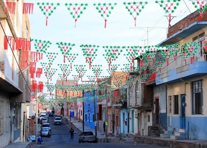 Đường phố Mexico được trang trí để chuẩn bị cho mùa lễ hội cuối năm. Ảnh: theculturetrip.com