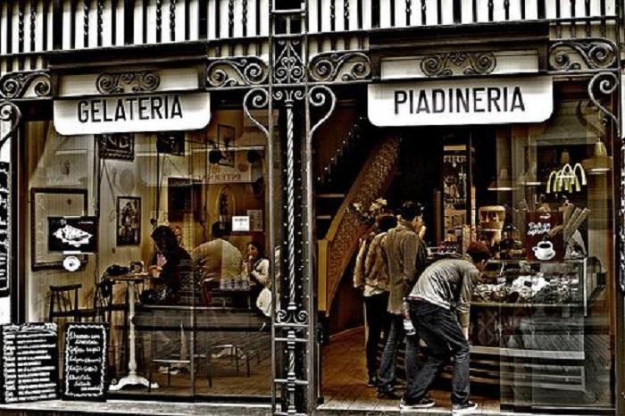 Thật tuyệt vời bạn thử thưởng kem gelato của Ý trong tiệm Gelateria- món ngon Italia.