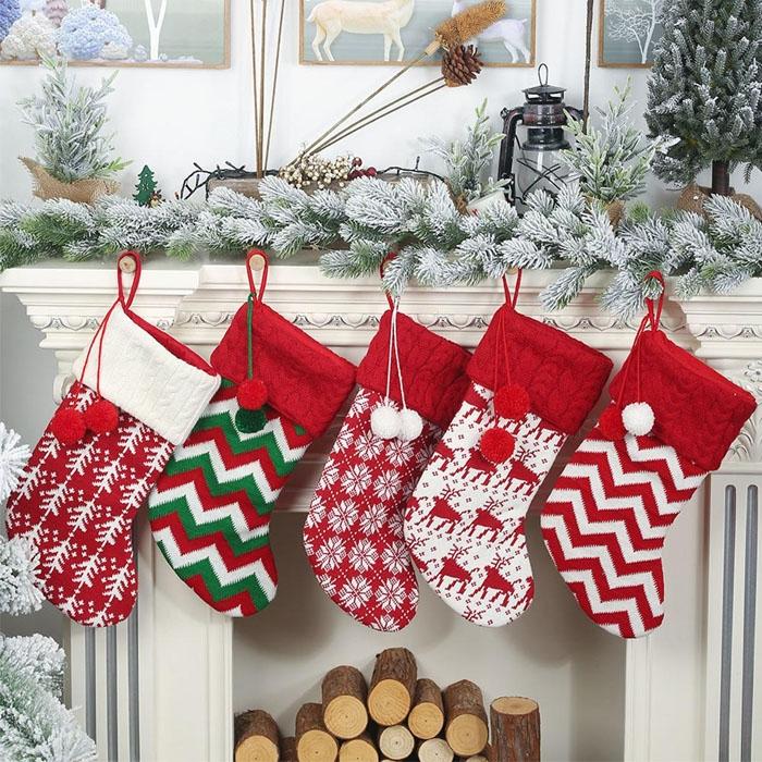 Trẻ em treo tất bên lò sưởi để chờ đợi những món quà từ ông già Noel. Ảnh: prijsbest.nl