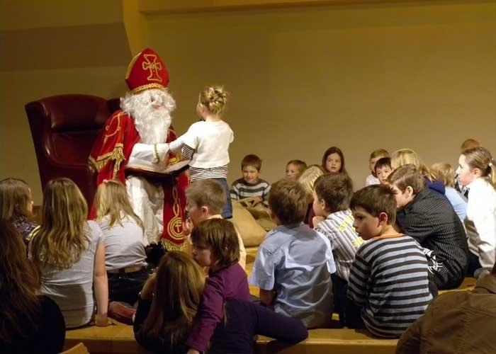 Thánh Nicholas sẽ trao quà cho các em nhỏ. Ảnh: Pixabay.com