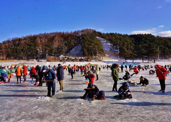 Lễ hội câu cá bingeo trên băng vào mùa đông ở hồ Soyangho. Ảnh: theperfectfathersg.blogspot.com