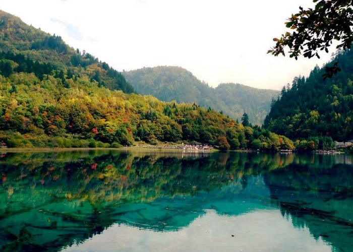 Hồ Gấu Trúc đẹp lung linh như một bức tranh. Ảnh: amusingplanet.com