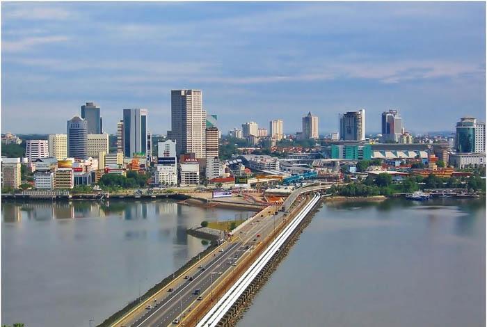 Johor Bahru là cầu nối giữa Malaysia và Singapore. Ảnh: booking.com