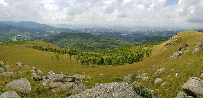 Tọa lạc ngay phía sau chùa Ba Vàng khung cảnh đẹp ngỡ ngàng trên đỉnh Bình Hương
