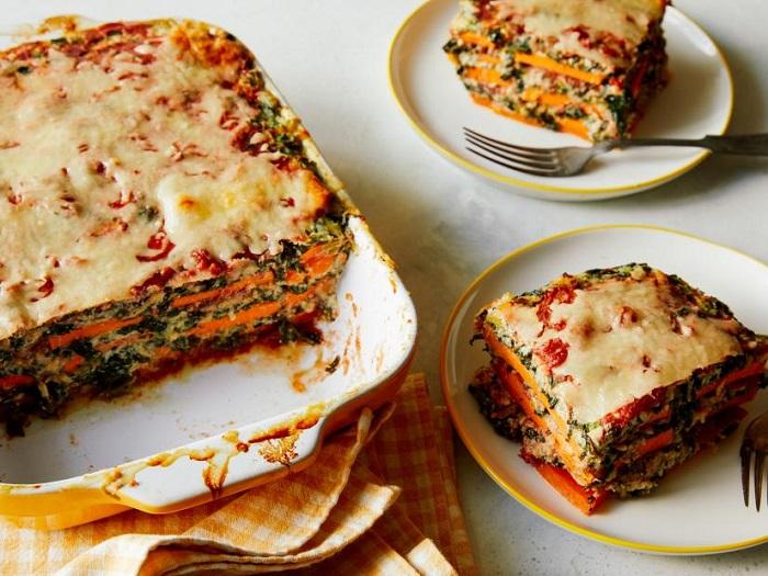 Lasagna khi được nướng chín sẽ có màu vàng sậm, mùi thơm ngậy, có vị béo nhưng không hề bị ngấy- món ngon Italia
