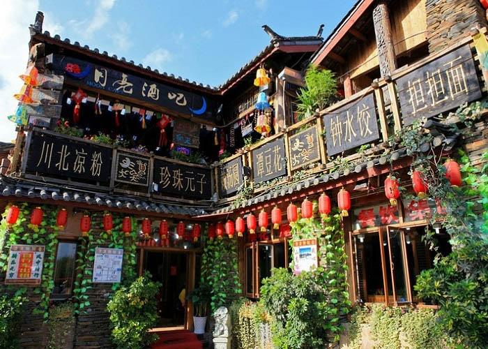 Nhiều nhà nghỉ, khách sạn xen kẽ trong cổ trấn. Ảnh: Iantours.com