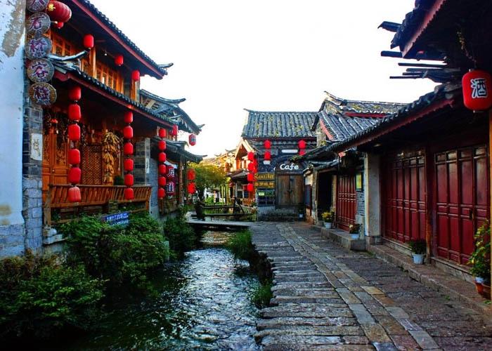 Dòng kênh uốn lượn qua trong khu phố cổ. Ảnh: phuonghoangtours.com