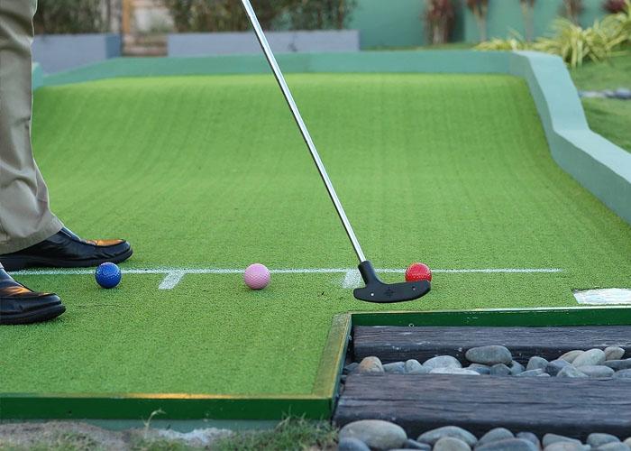 Du khách đăng kí combo sẽ được sử dụng miễn phí sân golf mini Putt-Putt