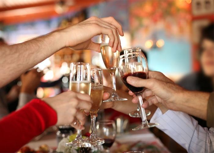 Người Pháp dùng rượu để chào đón năm mới. Ảnh: justfortummies.co.uk