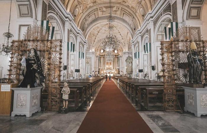 Bên trong nhà thờ đá San Agustin. Ảnh: blog.traveloka.com