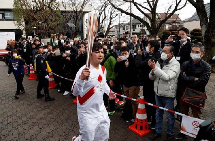 Người dân Nhật Bản đeo khẩu trang xem buổi lễ rước đuốc thử nghiệm của Olympic Tokyo 2020