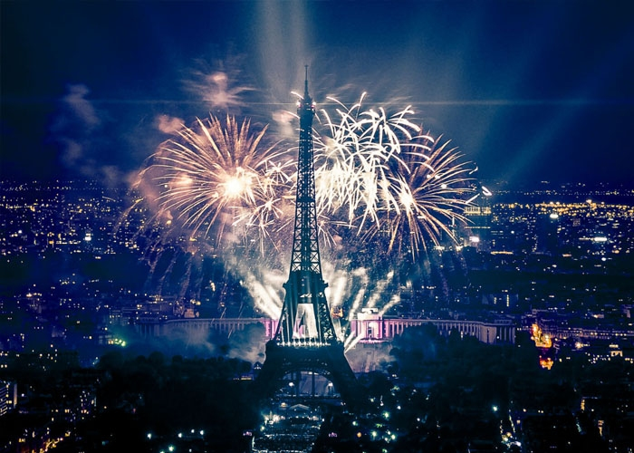 Pháo hoa mừng năm mới ở Thủ đô Paris. Ảnh: historiek.net
