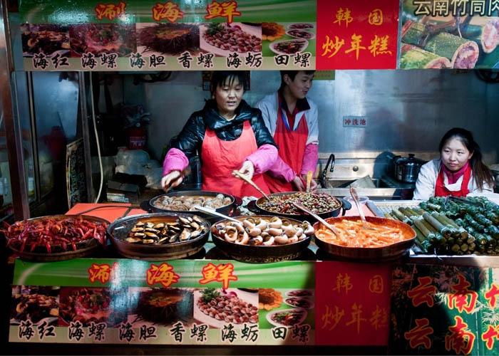 Quầy hàng ăn vặt ở phố Vương Phủ Tỉnh. Ảnh: kpzfoto/Alamy Stock Photo