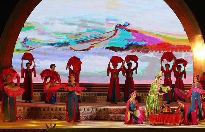Các tiết mục văn nghệ đặc sắc được biểu diễn bởi các diễn viên, nghệ nhân đến từ các tỉnh khu vực Việt Bắc. Ảnh: vietnamplus.vn