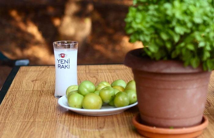 Raki là thức uống truyền thống của người Thổ Nhĩ Kỳ. Ảnh: offtracktravel.vn