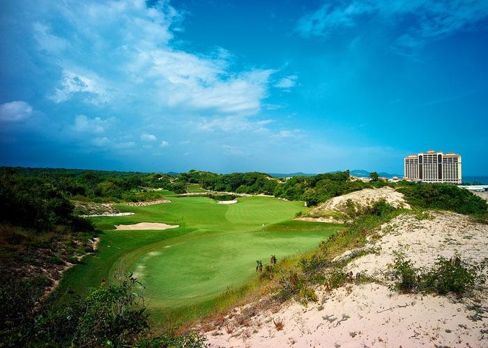 Sân golf 18 lỗ tiêu chuẩn được thiết kế bởi huyền thoại Greg Norman