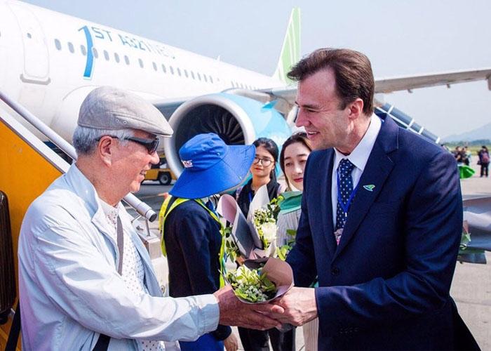 Hãng hàng không Bamboo Airways phối hợp cùng sân bay Nội Bài tổ chức lễ đón hành khách trong chuyến bay quốc tế đầu tiên đến từ Hàn Quốc.