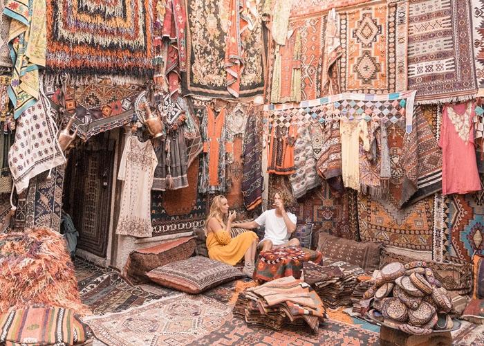 Thị trấn Goreme thuộc vùng Cappadocia có nhiều cửa hàng bán thảm. Ảnh: elle.vn