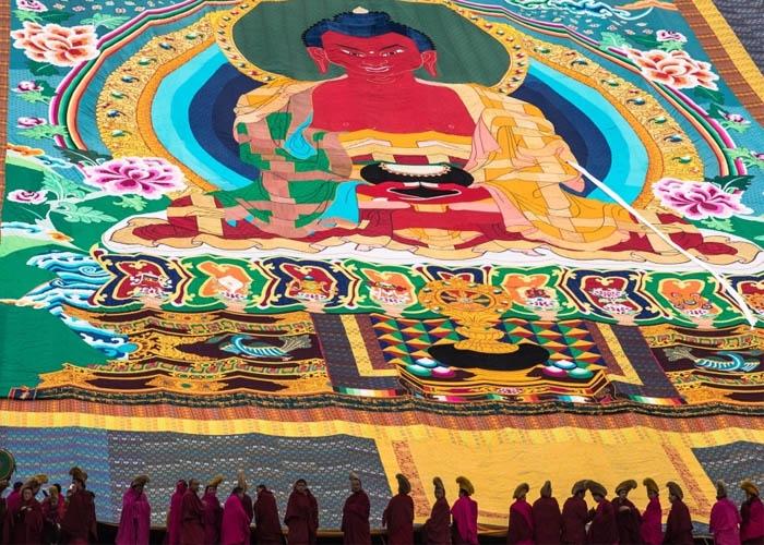 Thangka được mở ra để mọi người ngắm ảnh Đức Phật. Ảnh: lumsanews.it