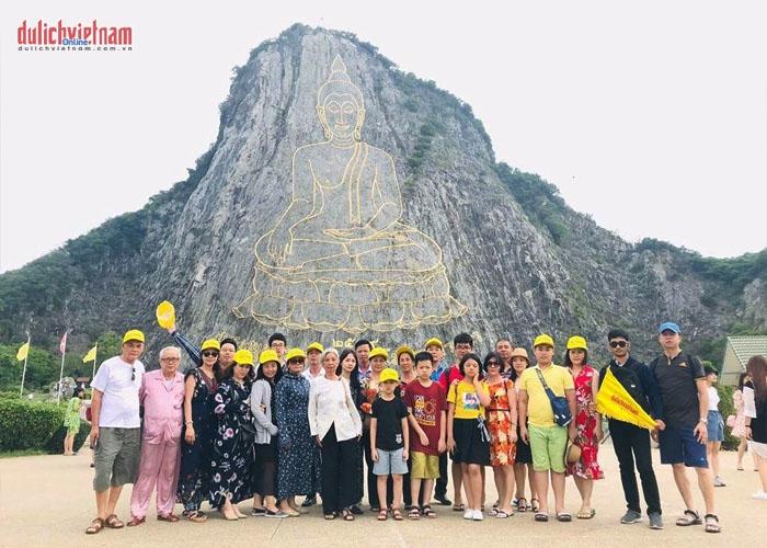 Đoàn khách viếng thăm Núi Phật Vàng