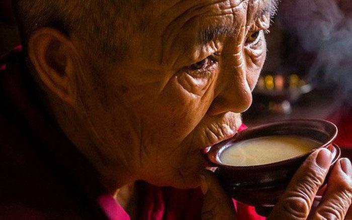 Người Tây Tạng uống trà bơ như cách người vùng khác uống nước lọc hàng ngày. Ảnh: laodong.vn