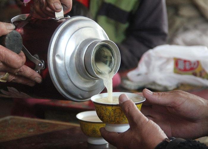 Người bản địa mời du khách một chén trà bơ như cách mở đầu câu chuyện. Ảnh: wiki-travel.com.vn