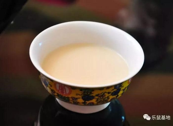 người Tây Tạngdùng trà như một loại thực phẩm giữ ấm để vượt qua những ngày lạnh giá khắc nghiệt.