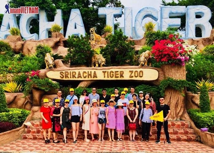 Đoàn du khách tham quan vườn thú Tiger Zoo Sriracha