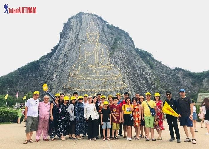 Đoàn khách tham quan Trân Bảo Phật Sơn