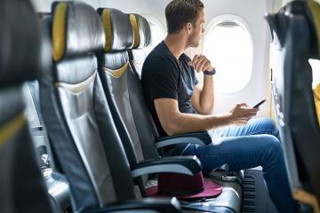 Nằm lòng những mẹo nhỏ giúp bạn 'sống sót' khi mắc kẹt ở ghế giữa trên máy bay