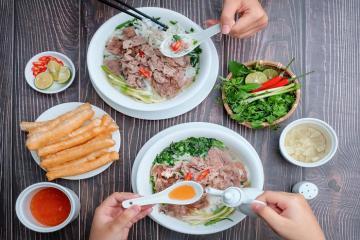 Truy tìm 7 quán phở nổi tiếng ngon nhất Hà Nội, khách đông nườm nượp