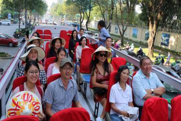 Du khách thích thú trải nghiệm xe buýt 2 tầng mui trầnngắm cảnh đẹp TP.HCM