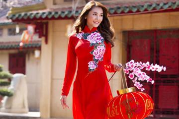 Bật mí ý nghĩa của các loài hoa trên tà áo dài Tết của phụ nữ Việt
