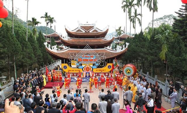 Hội chùa Hương luôn thu hút hàng triệu du khách.