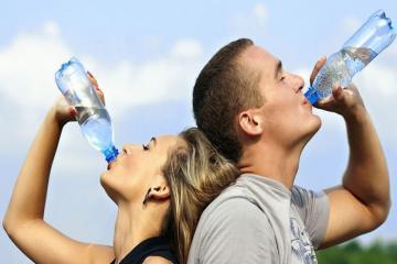 Làm thế nào để giữ đủ nước cho cơ thể khi đi du lịch?