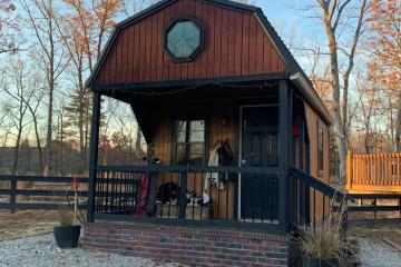 Gia đình Mỹ xây cả ngôi làng tí hon cho con tuổi teen ở riêng
