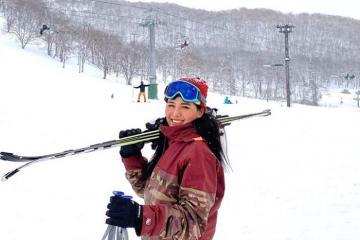 Diễn viên Phương Anh hào hứng trượt tuyết khi du lịch Nhật Bản