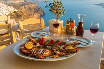 Khám phá món ăn hấp dẫn của các vị thần ở Santorini Hy Lạp
