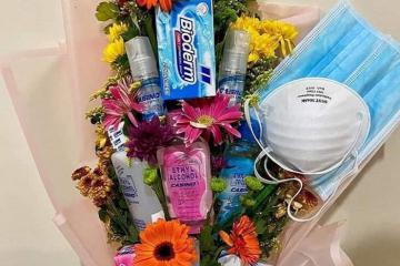 Quà Valentine mùa dịch Corona: Giới trẻ rủ nhau tặng bó hoa thiết thực làm từ khẩu trang và nước rửa tay