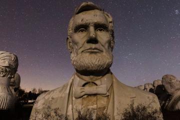 Bất ngờ du khách đổ xô đi ngắm 42 bức tượng tổng thống Mỹ khổng lồ nguy cơ sụp đổ