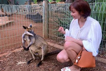 Văn Mai Hương cùng bạn trai du lịch Australia khám phá thế giới động vật