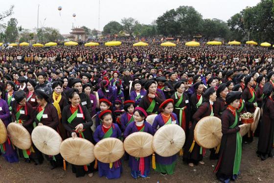Trẩy hội Lim Bắc Ninh dịp đầu xuân nghe hát quan họ, tham gia trò chơi dân gian vui 'quên đường về'