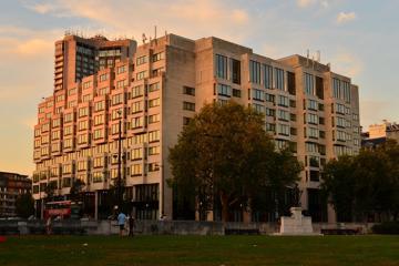 Khách sạn London chào đón người vô gia cư trong cơn bão Covid-19