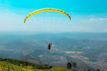'Nhập vai' nữ tài phiệt Yoon Se Ri với trải nghiệm bay dù lượn trên đỉnh Con Ó