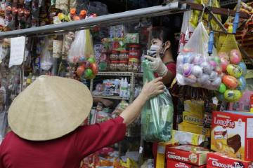 Nhiều cửa hàng ở Hà Nội tung 'chiêu độc' để phòng chống Covid-19