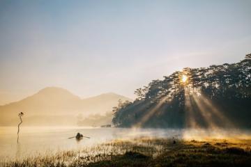 Hồ Tuyền Lâm đẹp tinh khôi trong sương sớm