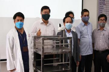Robot 'made in Viet Nam' phát cơm trong khu cách ly, khỏi lo nhiễm Covid-19