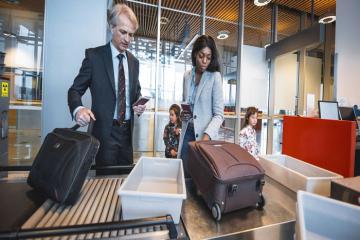 TSA khuyên hành khách không nên để đồ dùng cá nhân vào khay soi chiếu tại sân bay trong đại dịch Covid-19