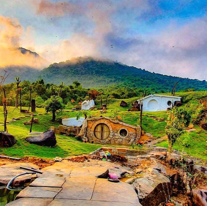 Khám phá làng người lùn - Hobbit dưới chân núi Bạch Mã với nhiều điểm check in thú vị.