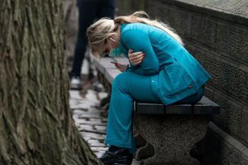 Chùm ảnh Covid-19 'bóp nghẹt' toàn cầu, sự mệt mỏi và nước mắt ở New York